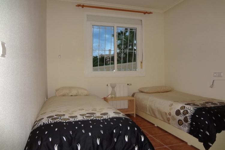 Slaapkamer voor 1 peso's bed en 1 stapelbed