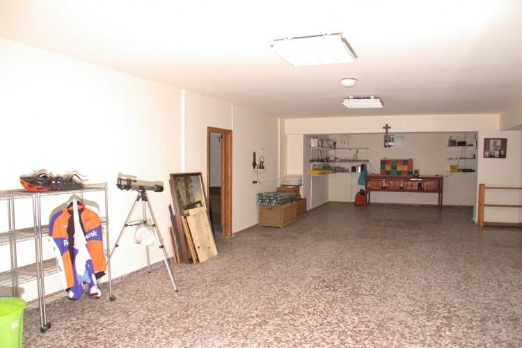 Grote garage 80 m2 met werkbank en biljart